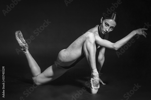 Fotografia black and white vintage dramatic portrait of a dancing girl-ballerina