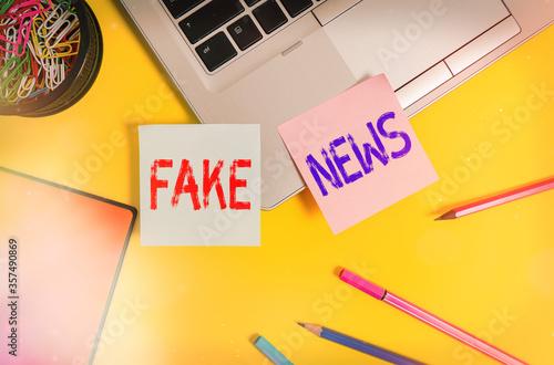 Writing note showing Fake News Fototapeta