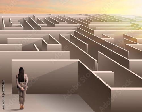 Cuadros en Lienzo Young businesswoman trying to find way out of maze