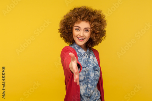 Tela Welcome, nice to meet you! Portrait of amiable kind woman with fluffy curly hair in casual outfit giving hand to handshake, smiling with hospitable friendly expression