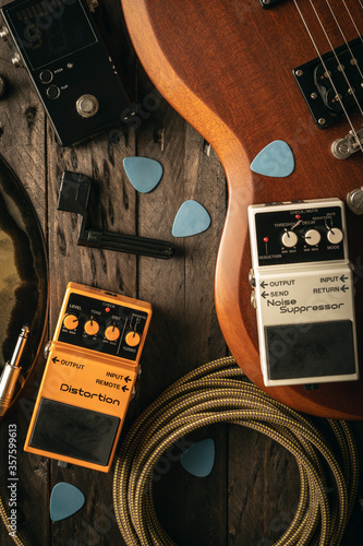 Fototapeta Equipo de sonido para guitarristas en fondo de madera obraz