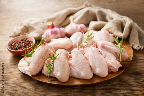 Obraz fresh chicken wings with rosemary - fototapety do salonu