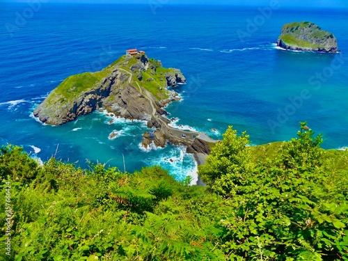 Photo San Juan de Gaztelugatxe, cuyo nombre significa castillo de roca en el País Vasco  es sin duda una visita obligada durante su estancia en el País Vasco