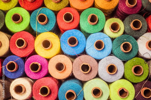 Threads in a tailor textile fabric: colorful cotton threads, birds eye perspecti Fotobehang