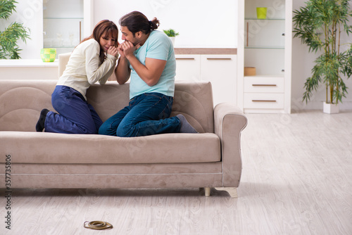Photo Young couple and snake in the flat