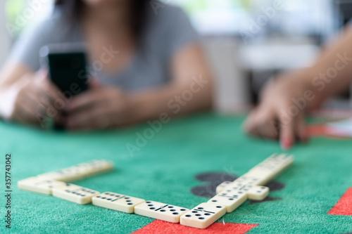 pessoas jogando dominó sobre mesa de jogos durante a quarentena Принти на полотні