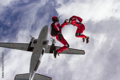 Obraz na plátně Two sports parachutist build a figure in free fall