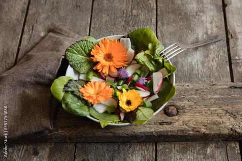 Grüner Salat mit essbaren Blüten #357754636