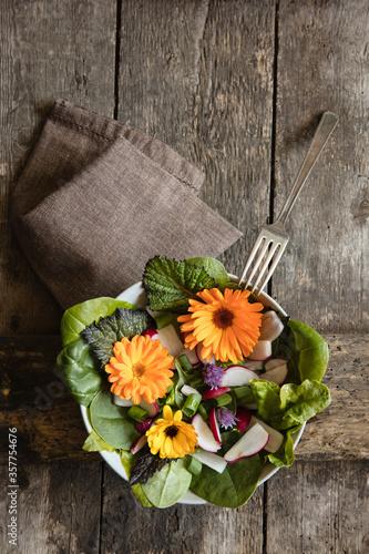 Grüner Salat mit essbaren Blüten #357754676