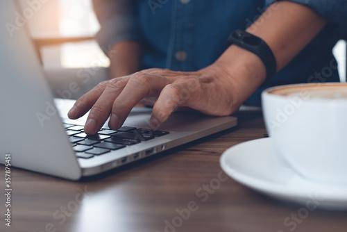 Foto man freelancer surfing the internet online working on laptop computer in coffee