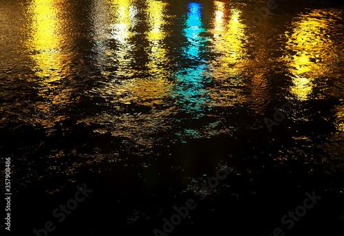 Photo Reflejos sobre el agua. Luces de color azul , amarillo y blanco.