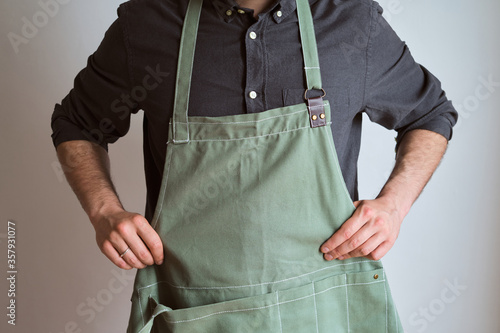 Fotografía A man in a kitchen apron
