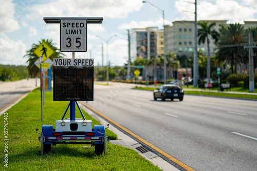 Cuadros en Lienzo Speed limit radar in the city showing drivers their speed as approaching