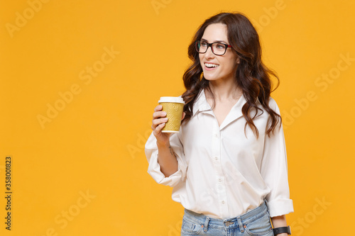 Papel de parede Smiling young business woman in white shirt glasses isolated on yellow wall background