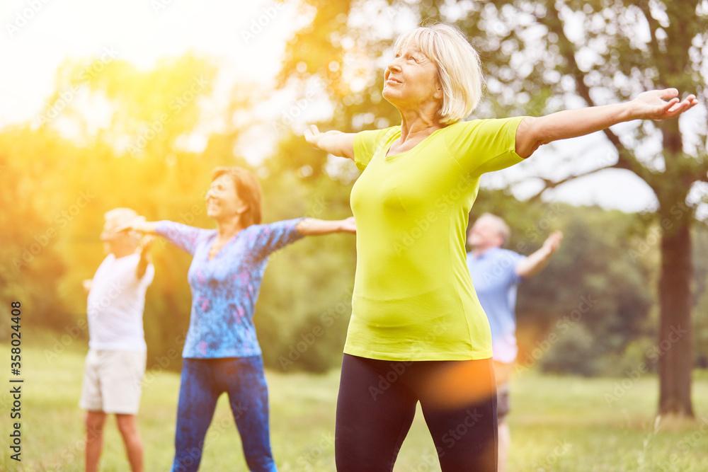 Fototapeta Gruppe Senioren im Yoga Kurs