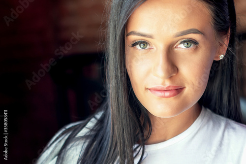 Portrait of beautiful young woman looking at camera Fototapet
