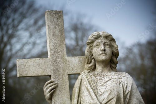 Fotografía Angel with Crucific Carving on a stone headstone in the grounds of Bridlington P