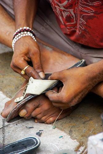 Photo Zapatero artesano en las calles de la India