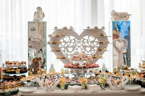 Photo Sweet cakes at a wedding buffet. Catering