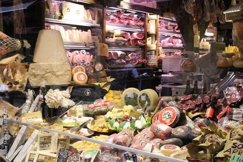 Fototapeta sklep delikatesy spozywczy jedzenie sery wedliny włochy pøłki sklepowe obraz
