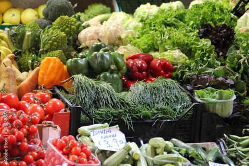 Fototapeta warzywa papryka agretti sałata warzywniak sklep włochy italia bolonia obraz