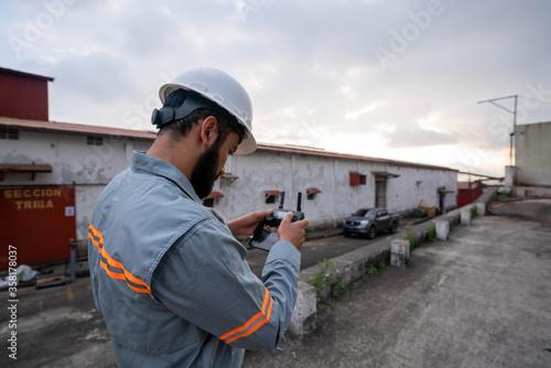 Fotografie, Obraz Trabajador revisando paneles solares