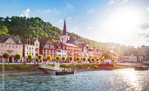 Sankt Goar am Rhein mit Stiftskirche und Burg Rheinfels im Sommer im Gegenlicht – View of Sankt Goar, Germany in backlit #358179677