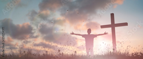 Fotografía Happy man rise hand Worship God in morning view
