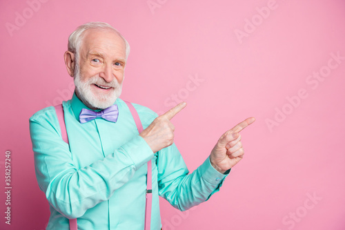 Fotomural Photo of cool stylish look aged man guy indicating fingers empty space offer bla