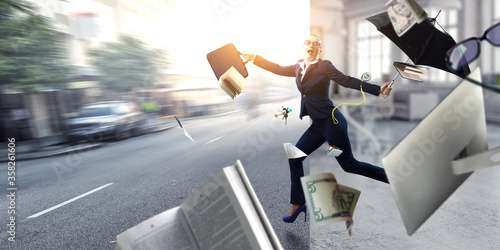 Photo Young businesswoman walking with umbrella
