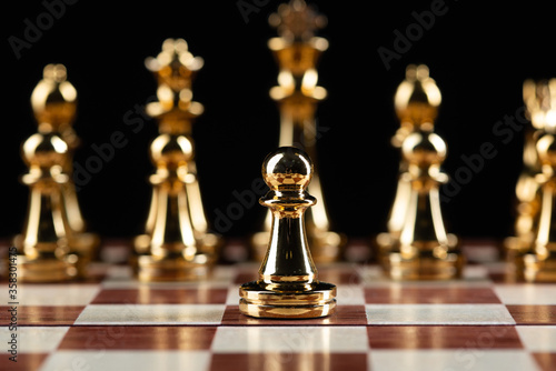 Photo Golden chess figures standing on chessboard