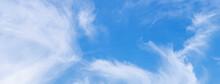 Wolken-Panorama Mit Weißen Sc...
