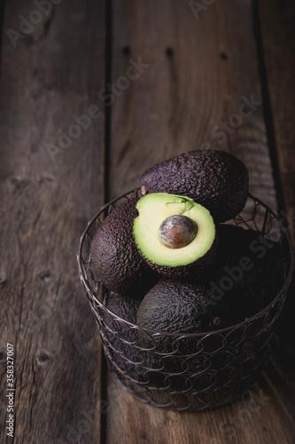 Obraz na plátně Hass avocado in a basket on a wooden table