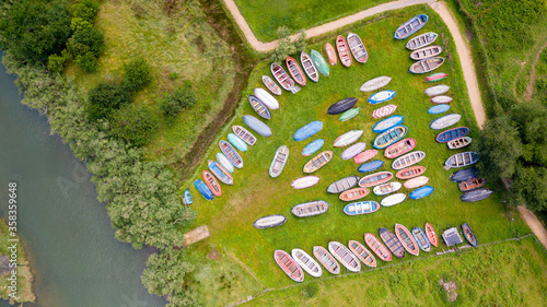 Photo aerial view of colorful wooden boats stranded on a garden