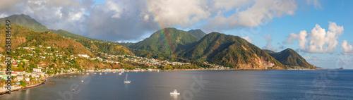 Fototapeta Dominica in der Karibik mit Regenbogen, Panorama.