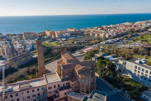 Photo aerial view of the church of santa teresa in anzio on the lazio coast