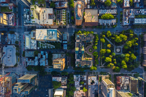 Canvas Print Top down aerial view of Chicago Downtown urban grid with park