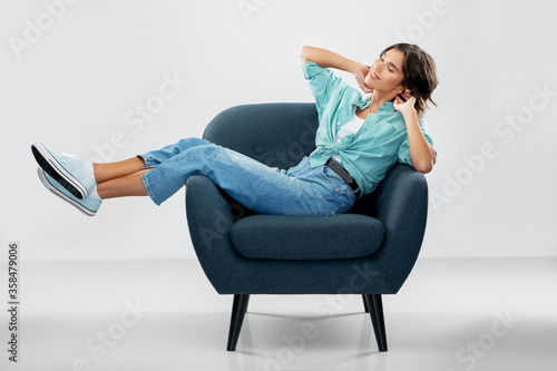 Fotografía comfort, people and furniture concept - portrait of happy smiling young woman in