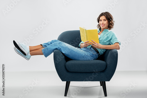 Cuadros en Lienzo comfort, people and furniture concept - portrait of happy smiling young woman in