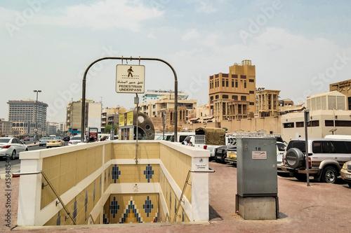 Fotografia, Obraz Podziemne przejście dla pieszych i widok na centrum miasta Dubaj