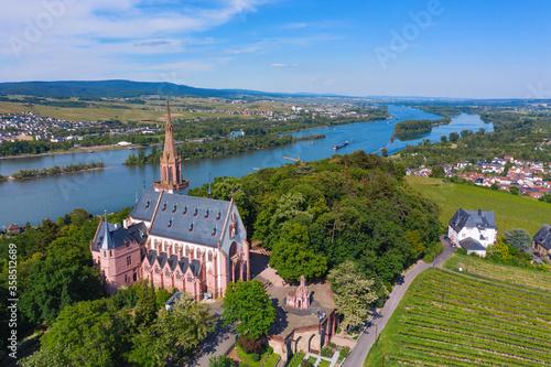 Blick von oben auf die Rochuskapelle bei Bingen am Rhein/Deutschland