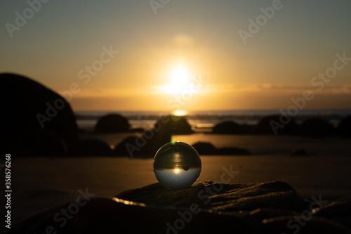 Early winter sunrise at Moeraki Boulder, New Zealand. Fototapet