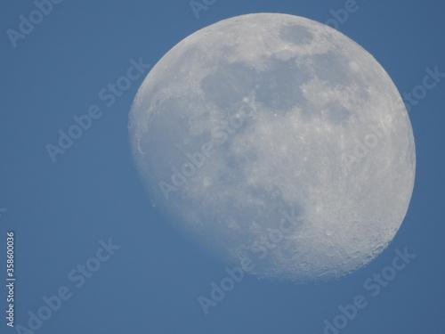 Photo luna espectacular sin anochecer con cielo azul