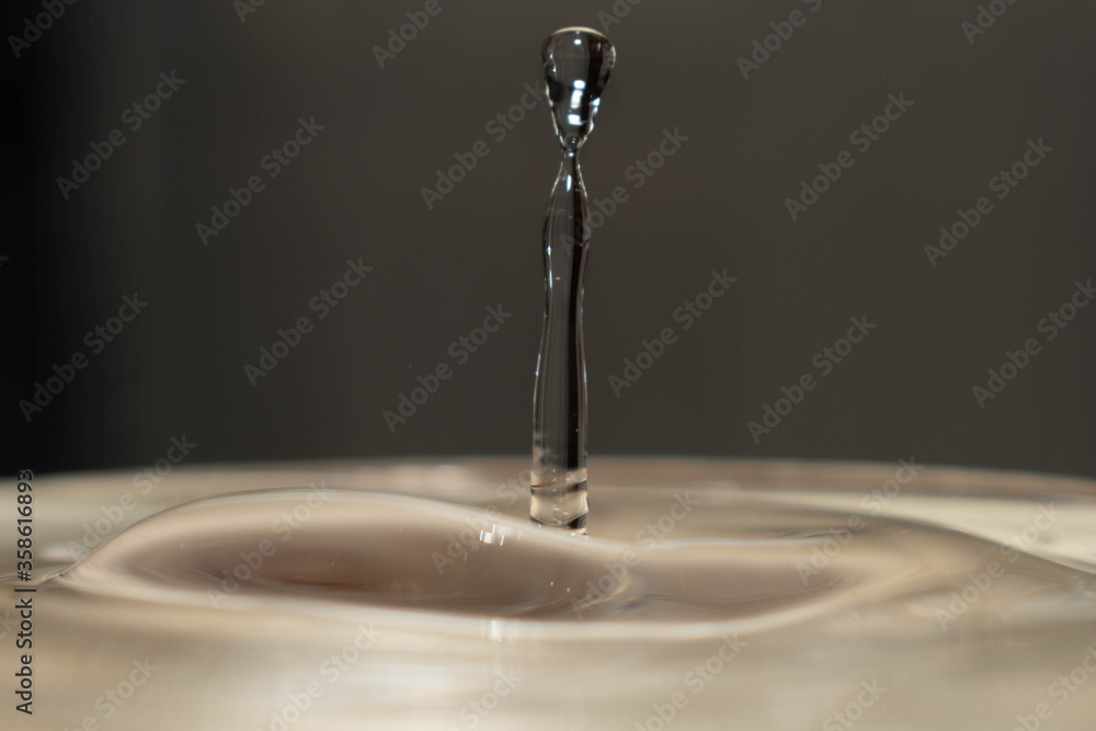 Fototapeta gota de agua en primer plano en alta velocidad
