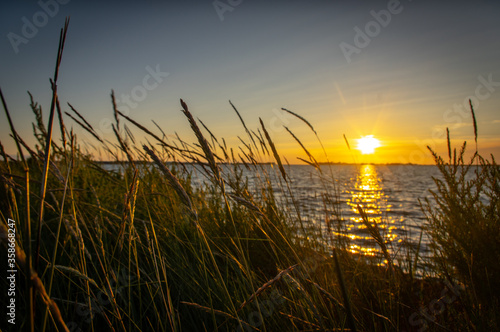 Photo sunset on the lake
