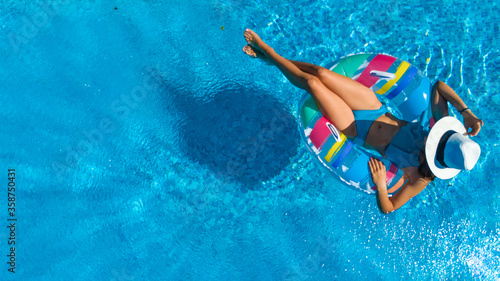 Tela Beautiful girl in hat in swimming pool aerial top view from above, young woman r