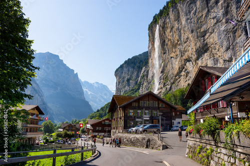 Foto View of Lauterbrunnen village with Staubbach Falls, Interlaken-Oberhasli, Bern,