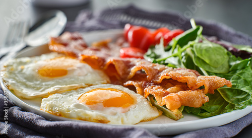 Carta da parati keto low carb breakfast with eggs and bacon