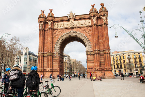 Fototapeta People on a bike tour at the Triumphal Arch in Barcelona Spain