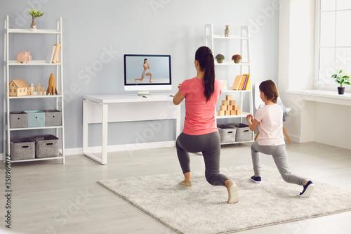 Cuadros en Lienzo Family does exercises online